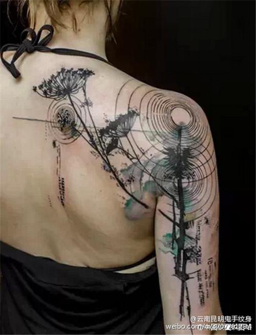 肩胛骨的纹身