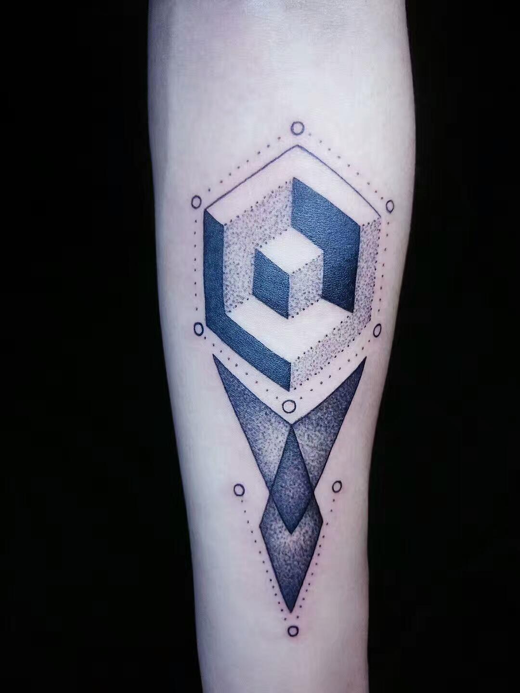几何点刺纹身