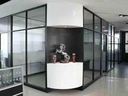 【资讯】石家庄玻璃隔断装饰感加强 玻璃隔断在生活中也可以起到隔音的作用