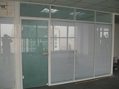 石家庄玻璃隔断安装玻璃隔断前程似锦 正确的安装玻璃隔断
