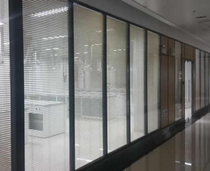【知识】石家庄玻璃隔断与时尚接轨 办公玻璃隔断清洁有小妙招