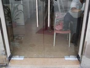 地弹簧钢化玻璃门