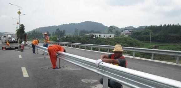 云南波形护栏安装