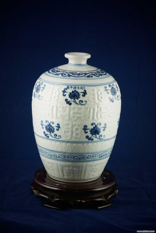 手繪150件仿元高白青花暗雕梅瓶