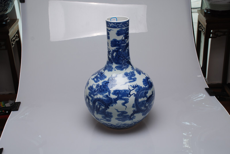 手繪200件青花纏枝蓮天球瓶