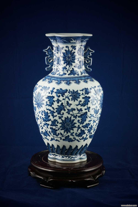 手繪150件雙耳荷花口青花纏枝連花瓶