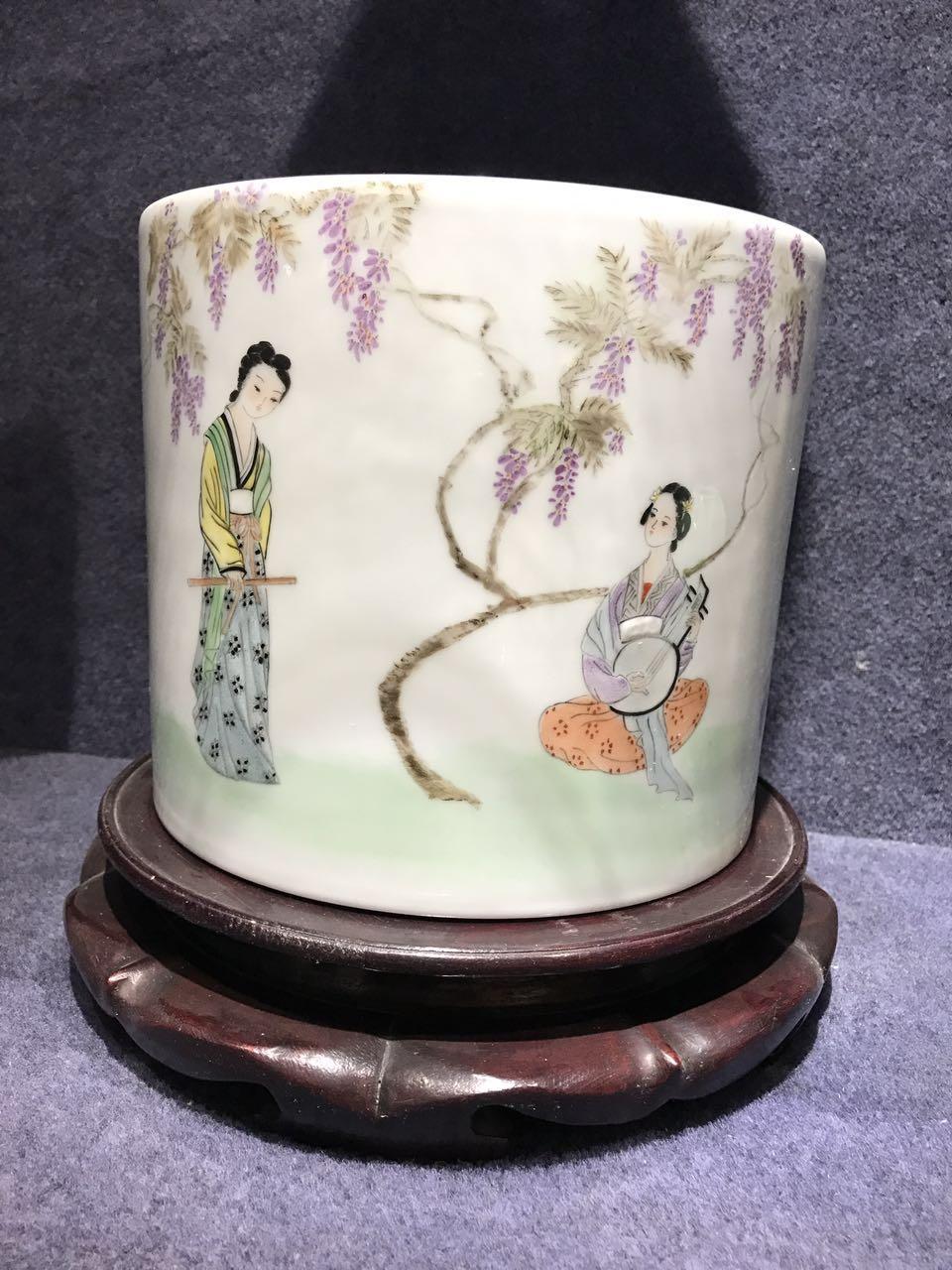 150件粉彩紫藤侍女筆筒