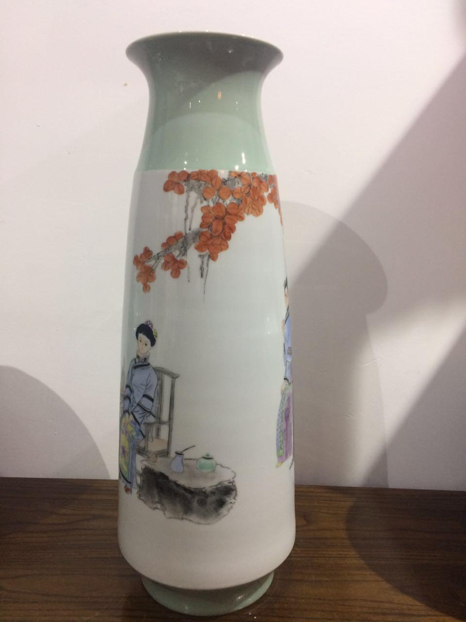 300件粉彩博古侍女長口瓶