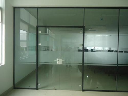 安装玻璃隔断