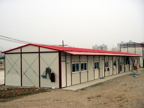 【知识】轻型钢结构活动房 大发国际官方网址的安装现场