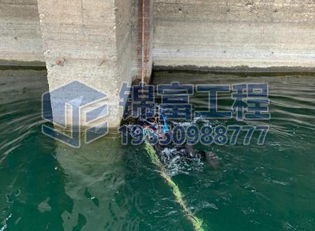 潜水员水下管道堵漏