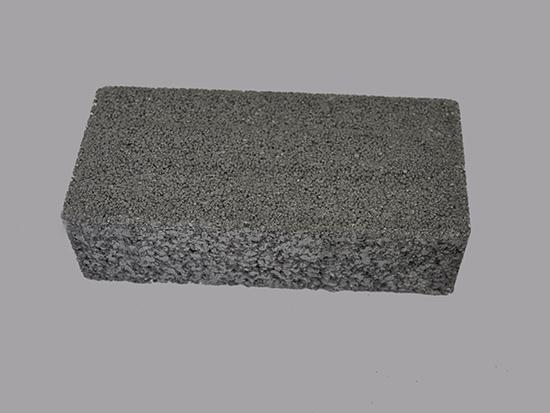 浅灰色透水砖盲道