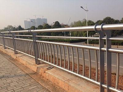 【知识】你会挑选锌钢护栏吗 河北锌钢护栏比铁艺护栏好在哪