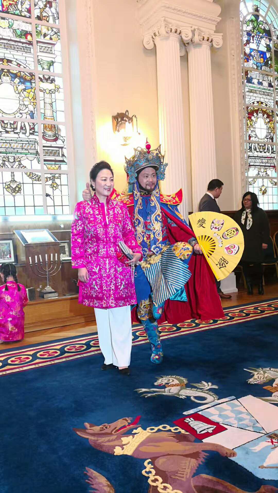刘昌伟老师与中国驻贝尔法斯特总领事张美芳拿着变脸萌宝合影