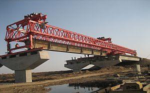 龙门吊公司之架桥机在喂梁施工