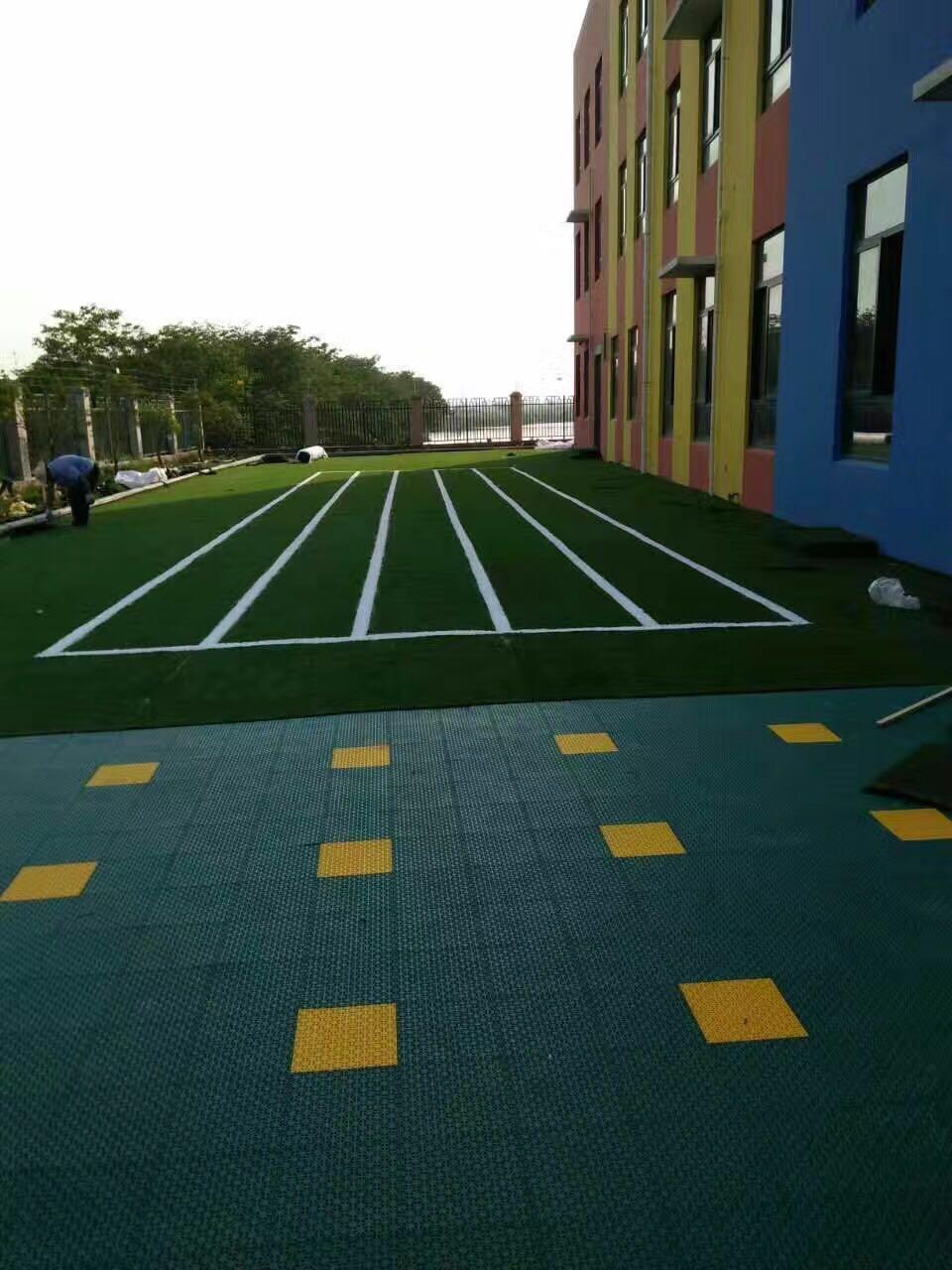 �q�儿园�h造草坪的��h��