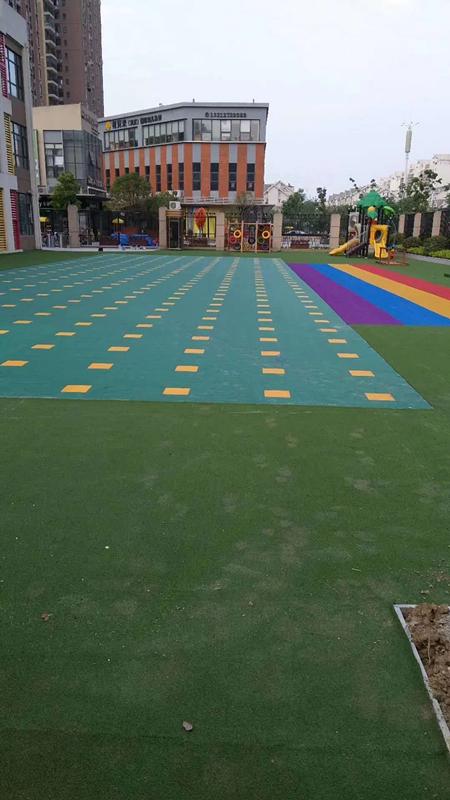 幼儿园户外草坪