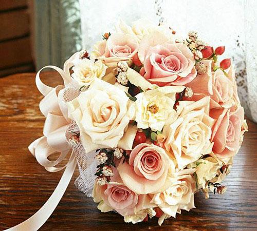 新娘手捧鲜花