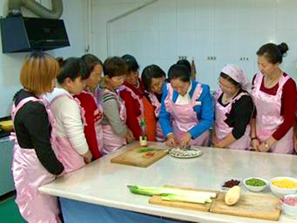 指导学员做餐实操