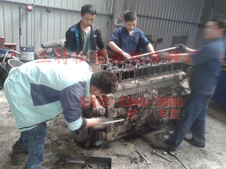 加藤HD307挖掘机发动机机油压力过低原因