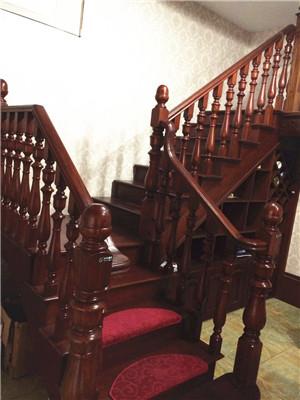 新疆实木楼梯