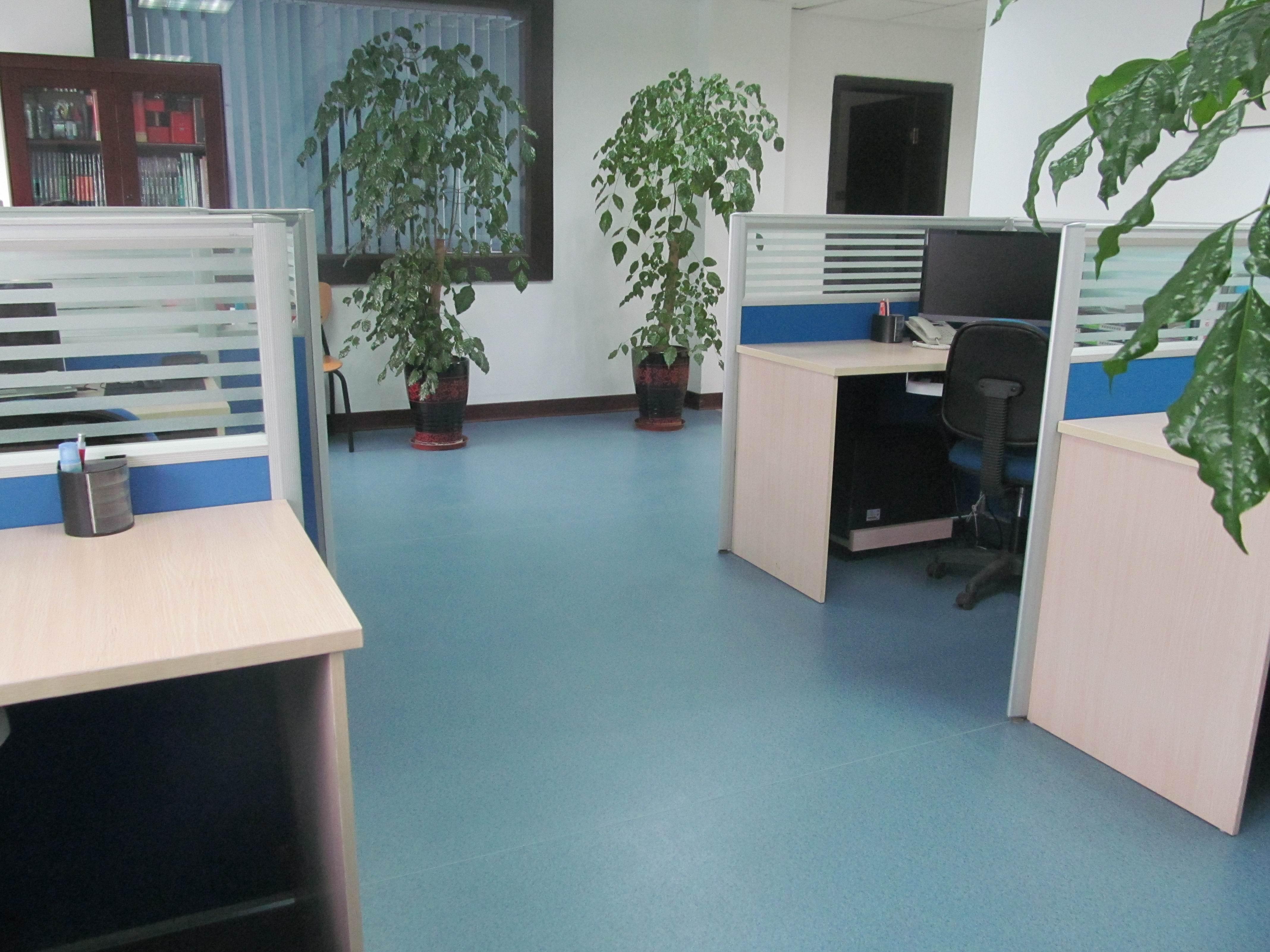 办公室装修,80平,包括一个大厅和两间办公室,大厅大约30-40平,现在