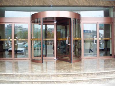 【方法】根据建筑外形去装饰 商场旋转门冬季使用更频繁
