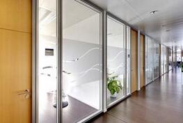 【厂家】玻璃隔断优点 玻璃隔断主材类型