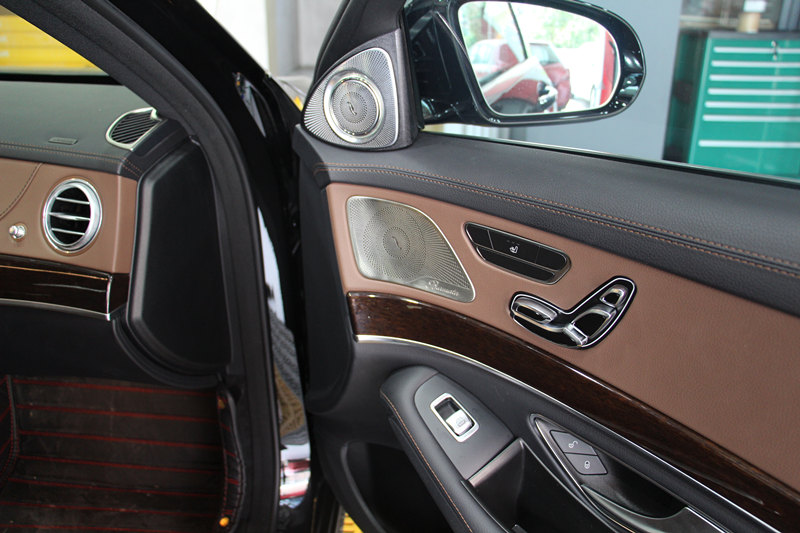 奔驰S改装小柏林套装+大柏林顶棚喇叭+后排头枕屏