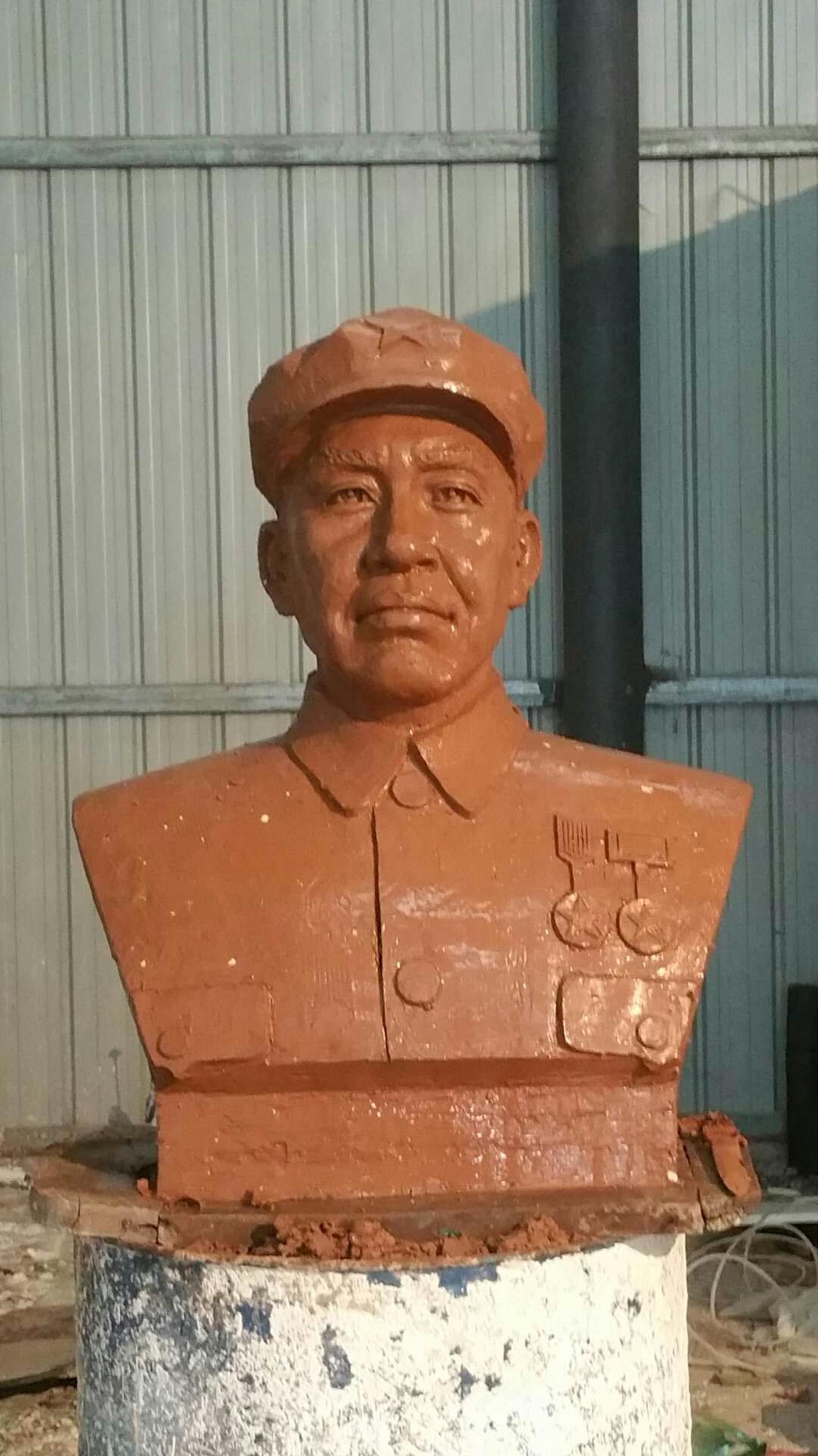犀牛人物雕像