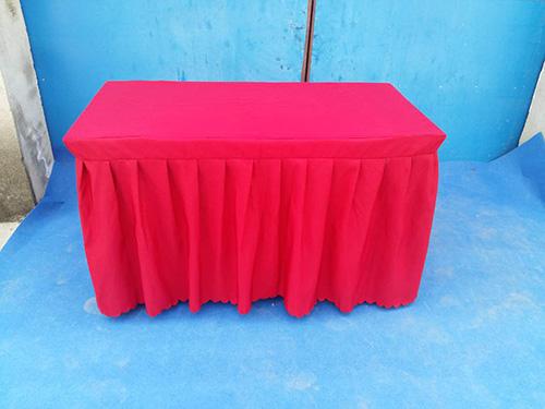 红色长条桌
