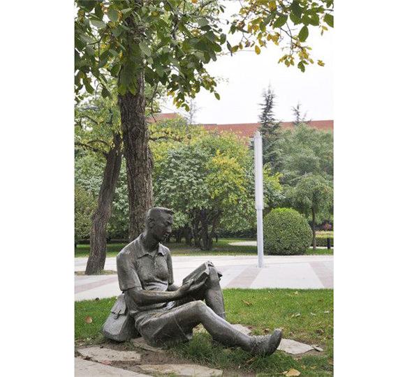 黔�|南�W校雕塑