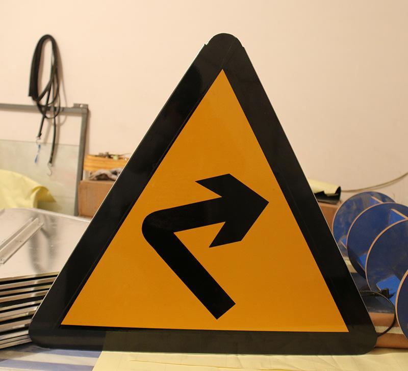昆明三角形道路标牌