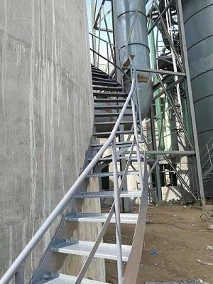 安装旋转爬梯平台