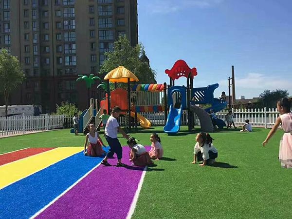 幼儿园彩虹草坪