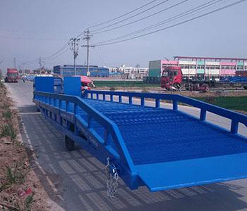伸缩式登车桥