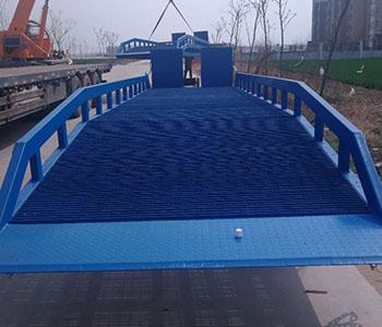 电动升降登车桥