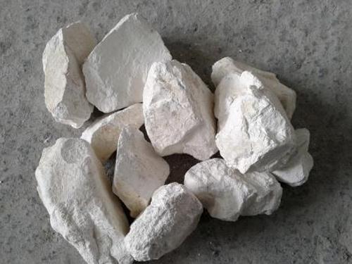 石灰块中和泥土