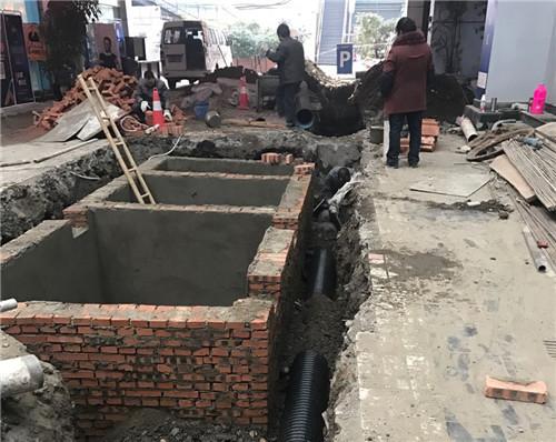 修建化粪池