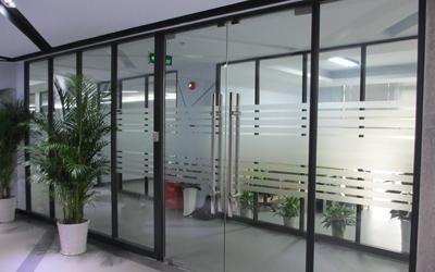 条纹玻璃隔断墙