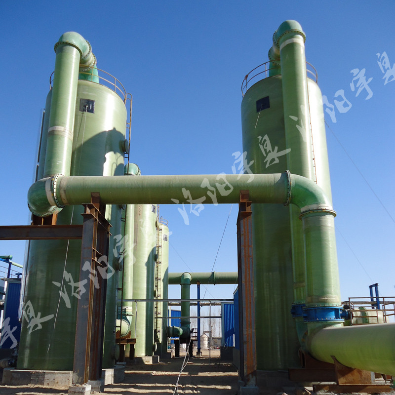一、旋风除尘器介绍       旋风除尘器是除尘装置的一类。除尘机理是使含尘气流作旋转运动,借助于离心力将尘粒从气流中分离并捕集于器壁,再借助重力作用使尘粒落入灰斗。旋风除尘器的各个部件都有一定的尺寸比例,每一个比例关系的变动,都能影响旋风除尘器的效率和压力损失,其中除尘器直径、进气口尺寸、排气管直径为主要影响因素。在使用时应注意,当超过某一界限时,有利因素也能转化为不利因素。另外,有的因素对于