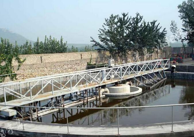 悬挂式中心传动刮泥机  一、悬挂式中心传动刮泥机产品介绍       YQG型悬挂式中心传动刮泥机使用于给排水工程中的污水处理厂或水厂直径一般不大于18M的辐流式沉淀池。该机主要是结构简单,维修管理方便,运行稳定,工作安全可靠。刮泥效果好,排出的污泥含水率低等优点。  二、 悬挂式中心传动刮泥机工作原理及结构       悬挂式中心传动刮泥机主要由减速驱动机,传动立轴,刮壁,水下轴承及集泥槽刮板等