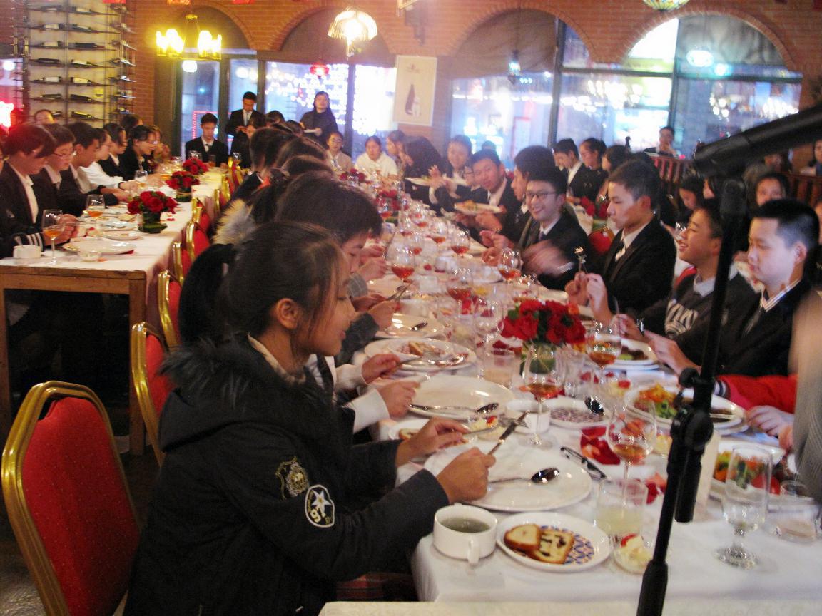 重庆实验外国语学校初三小语种班做《西餐礼仪》培训