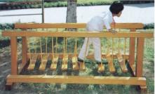 幼儿园荡船独木桥