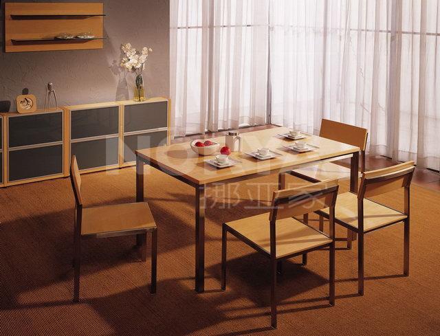 温馨时尚餐桌椅